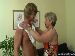 Young stud drills her old snatch free