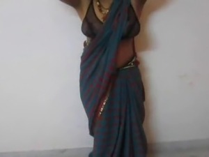 Indian housewife Tina expose her big boobs in saree