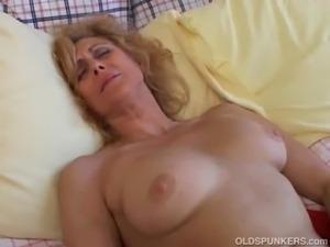 Mature amateur loves to cum free