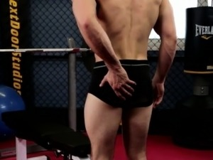 Gaysex muscle jock wanking at the gym