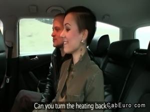 Préliminaires d'un couple marié européen dans un faux taxi gratuit