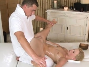 Massage beauty pussylicked before cocksucking