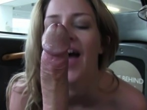 Hottie lady gets anal sex in the taxi