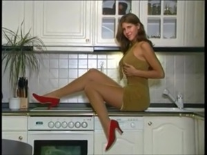 Jennifer Anniston look-alike shows off in nylons