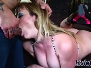 Luscious bimbo craves for some anal pounding