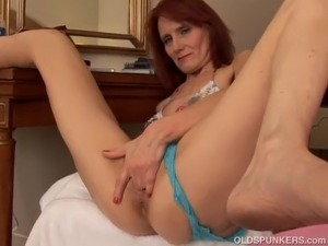 Super sexy slim older babe plays with her soaking wet cunt Cougars, Grannies,...